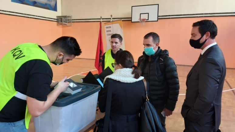 ENEMO's mission to Albania visited a polling station in Tirana where voting will be held using biometric identification of voters and electronic ballot boxes